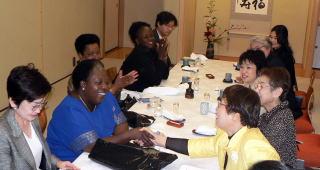モンゲーラさんと握手する筆者 写真は「参議院国際交流課」06年10月13日