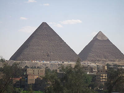 (1) クフ王(左)とカフラー王のピラミッド ギザのホテルから