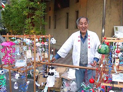 雨のない変な梅雨の6月、六本木のNPOハウス前で、今年も江戸風鈴を 夕方から売りに行く準備中の風鈴屋さん。