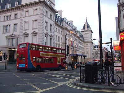 パディントン駅とロンドンバス