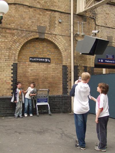 地下鉄キングス・クロス駅:ハリーポッターがここから出発したとされるプラットフォーム、いつも子どもたちの人気の場所