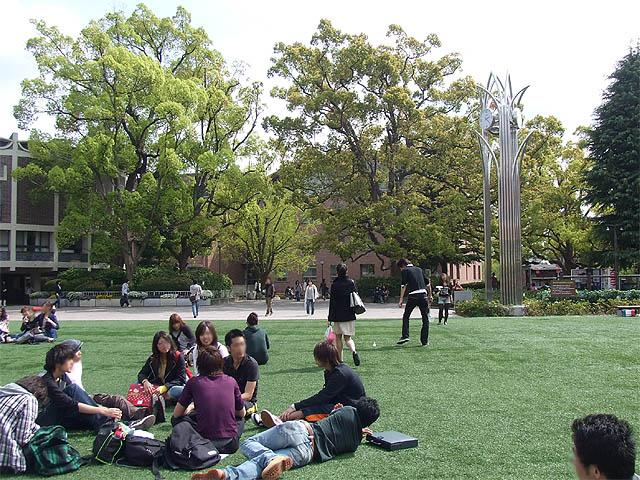 関西大学「あすかの庭」 もうすぐ4限目が始まる