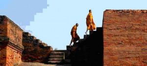 ナーランダ仏教大学を歩く僧侶