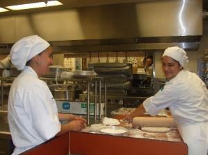 トレーニング中の学生Culinary & Service Skill training Program (ケーキクラス)