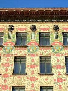 マジョリカハウス 壁面の装飾は赤いバラの木。マジョリカ焼きのタイルを使用