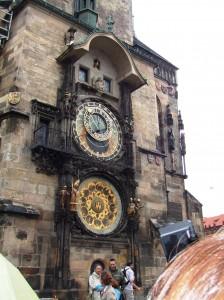 プラハ旧市街の旧市庁舎の天文時計 毎時に仕掛けが動く、上の小窓から鶏が顔を出す、集まった観光客から一斉に拍手がわく