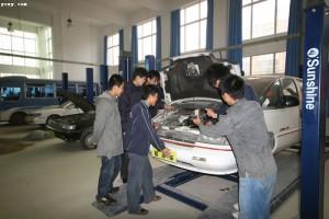 自動車修理の実習