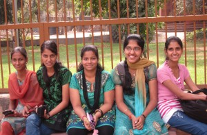 インドの若い女性たち(ニューデリー・クトゥブ・ミナールにて)