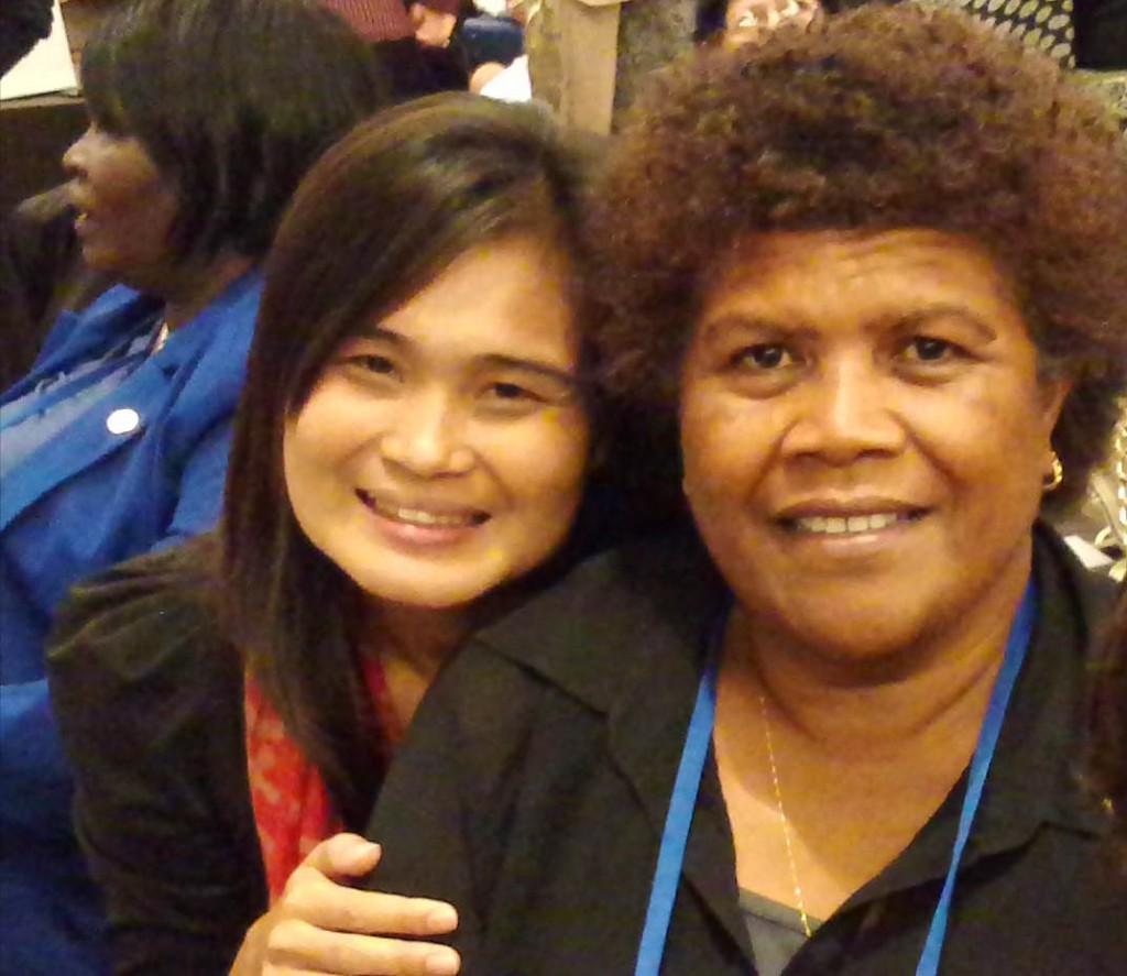 右フィージーの女性、左隣はカンボジアの女性