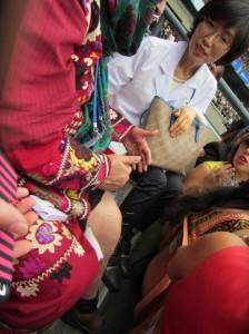 自分で鍼治療をするアフガニスタンの女性
